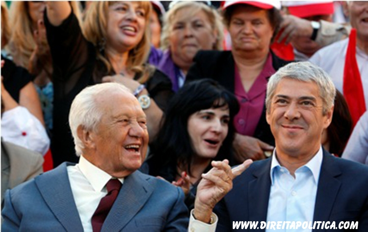 PS (Socialist Party) secretary-general and Prime Minister, José Sócrates, (R) chats with the former president and historic leader of portuguese socialist party, Mário Soares, during a political rally held at Porto, Portugal, 20 september 2009. Portugal will go to the polls next 27 september to choose a new government and a new parliament.  TIAGO PETINGA/LUSA PORTUGAL LEGISLATIVE ELECTIONS